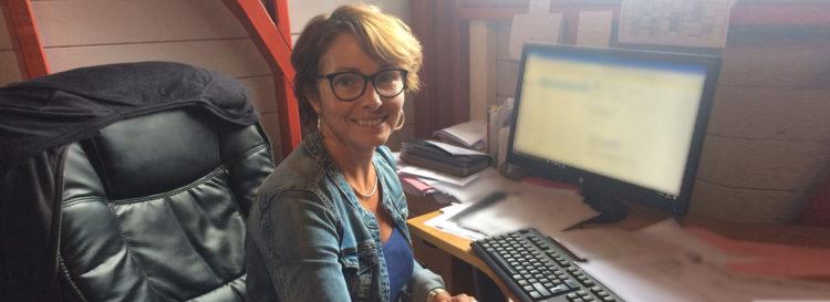 Emmanuelle Rousseaux vous accueille chez Tropic Profil Guadeloupe, spécialiste des tôles profilées sur-mesure pour vos toitures et vos bardages.