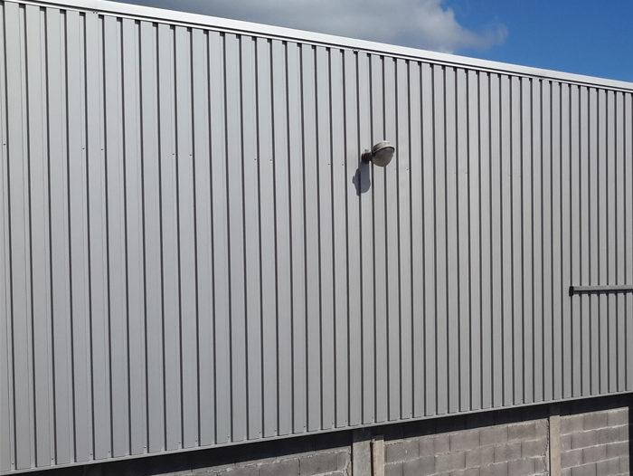 Bardage d'un bâtiment en tôle guadaba, couleur gris alu, par TPG en Martinique