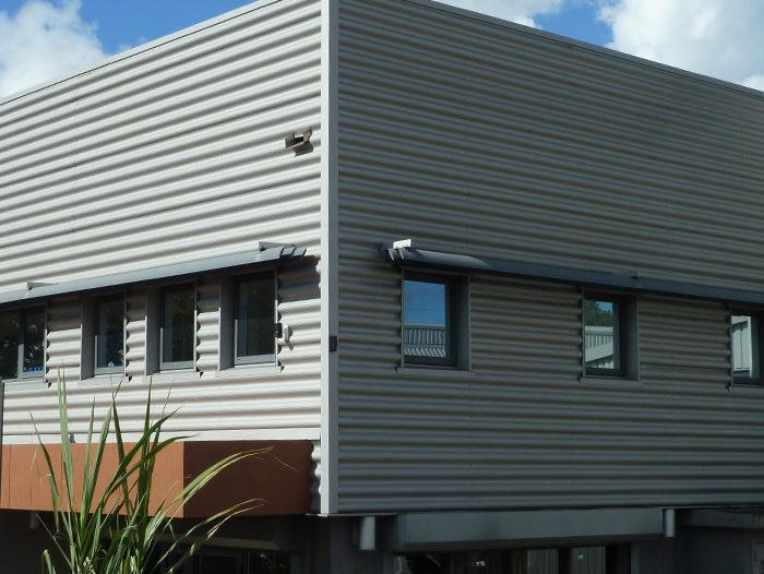 Bardage en tôle Onduléa couleur gris alu d'un bâtiment, par TPG en Guadeloupe