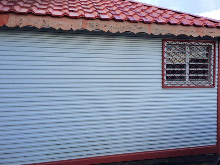 Bardage d'un local professionnel en tôle ondulée carrée de couleur blanche par TPG aux Antilles