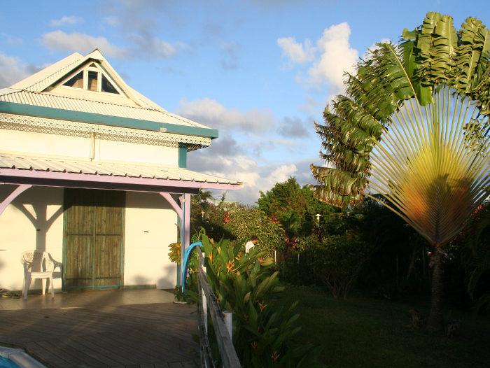 Toiture en tôle ondulée blanche d'une maison à Ste Rose en Guadeloupe par TPG