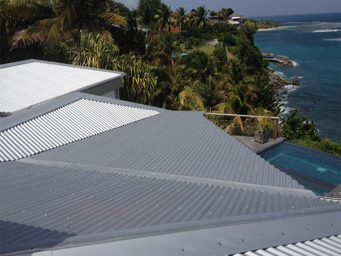 Toiture d'une maison en tôle ondulée en Martinique, par TPG
