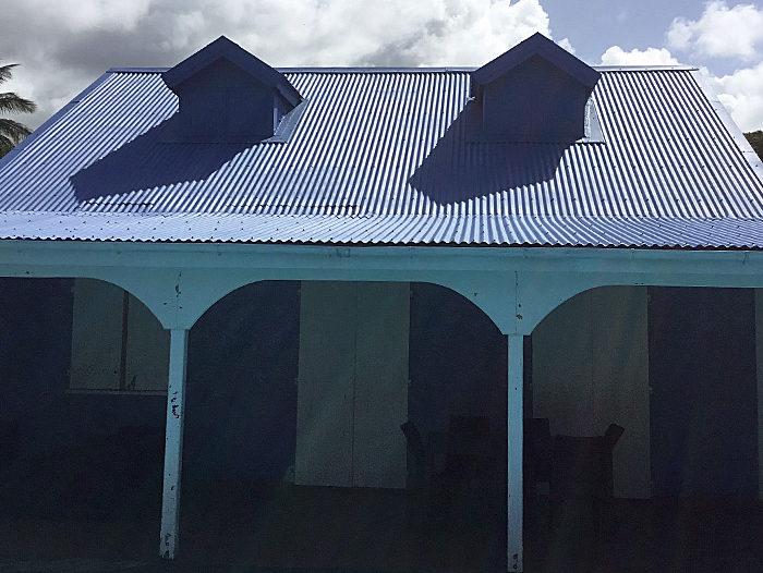 Toiture en tôle ondulée bleue par TPG en Guadeloupe