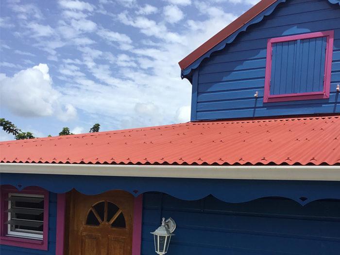 Toiture en tôle ondulée rouge par TPG en Guadeloupe