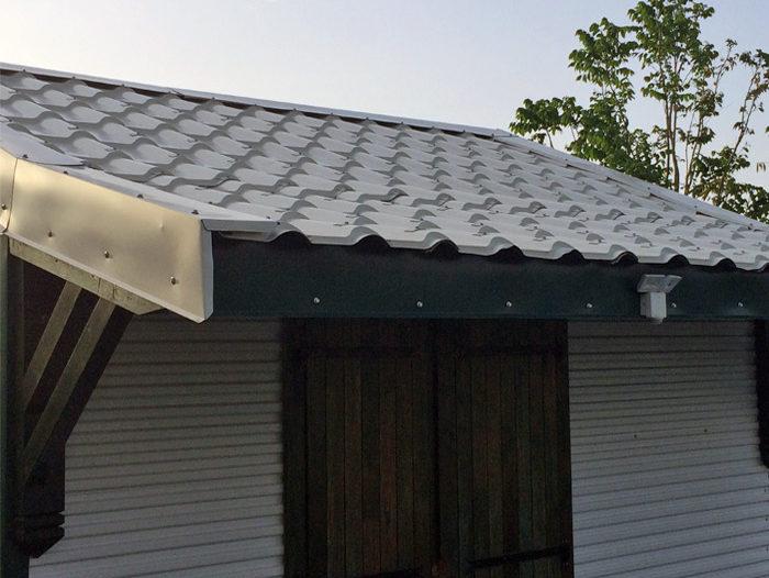 Couverture de toit en tôle tuilée de couleur blanche pour un garage d'une maison individuelle à Ste Rose par TPG