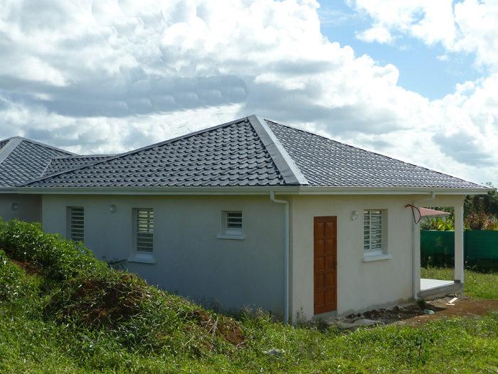 R alisations toiture bardage maison b timents tpg antilles for Maison toit tole