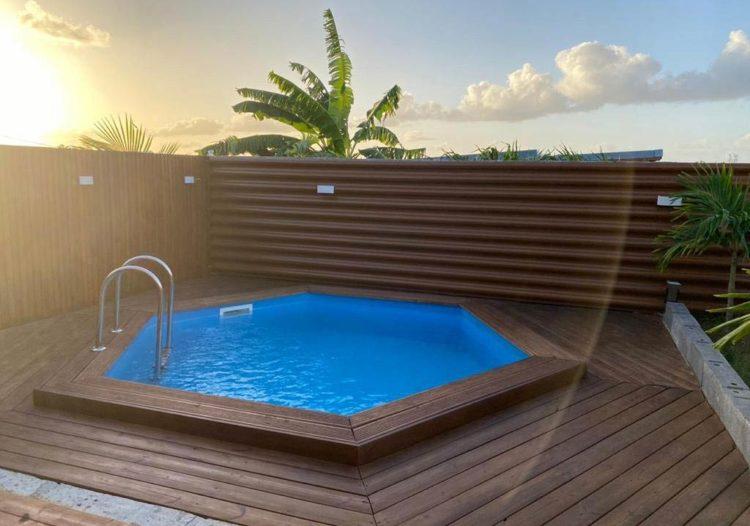 Bardage Ondulea imitation bois chêne clair autour d'une piscine, par TPG, Tropic Profil Guadeloupe